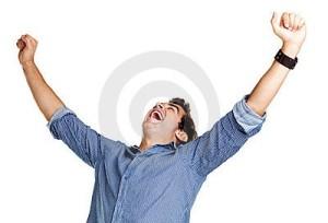 victoria-hombre-joven-emocionado-que-celebra-éxito-16067365